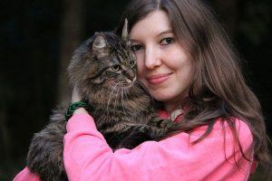 femme avec chat dans les bras